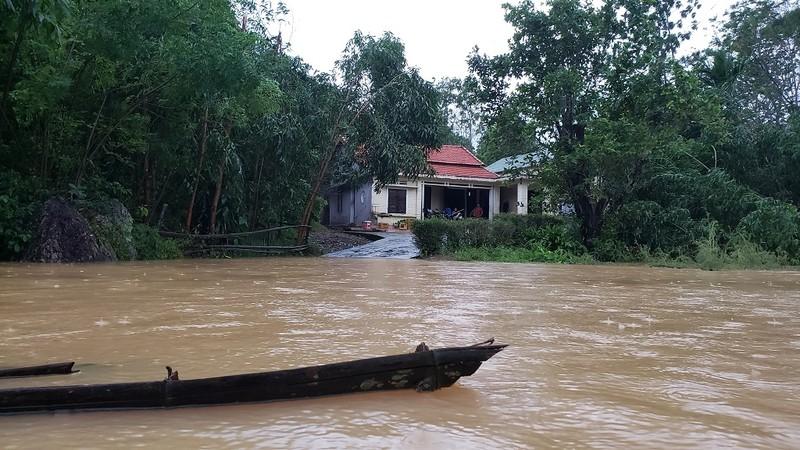 Đà Nẵng: Cán bộ 1 thôn trực chiến 24/24 hỗ trợ bà con vùng lũ - ảnh 2