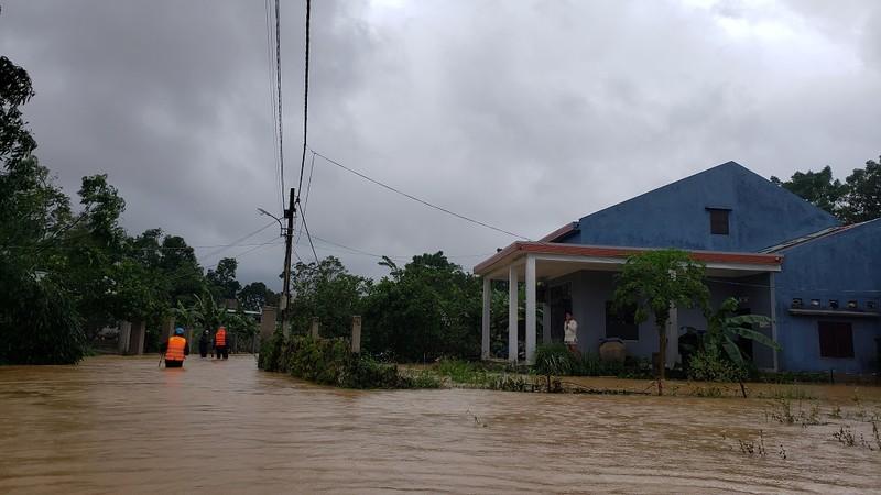 Đà Nẵng: Cán bộ 1 thôn trực chiến 24/24 hỗ trợ bà con vùng lũ - ảnh 1