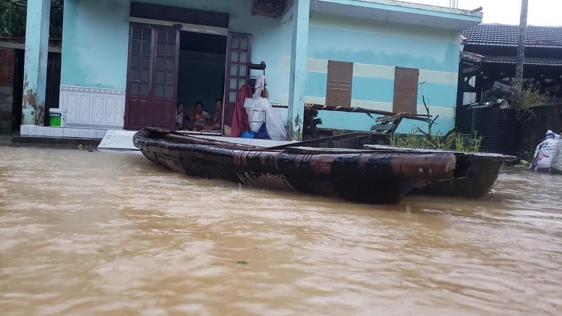 Đà Nẵng: Cán bộ 1 thôn trực chiến 24/24 hỗ trợ bà con vùng lũ - ảnh 5