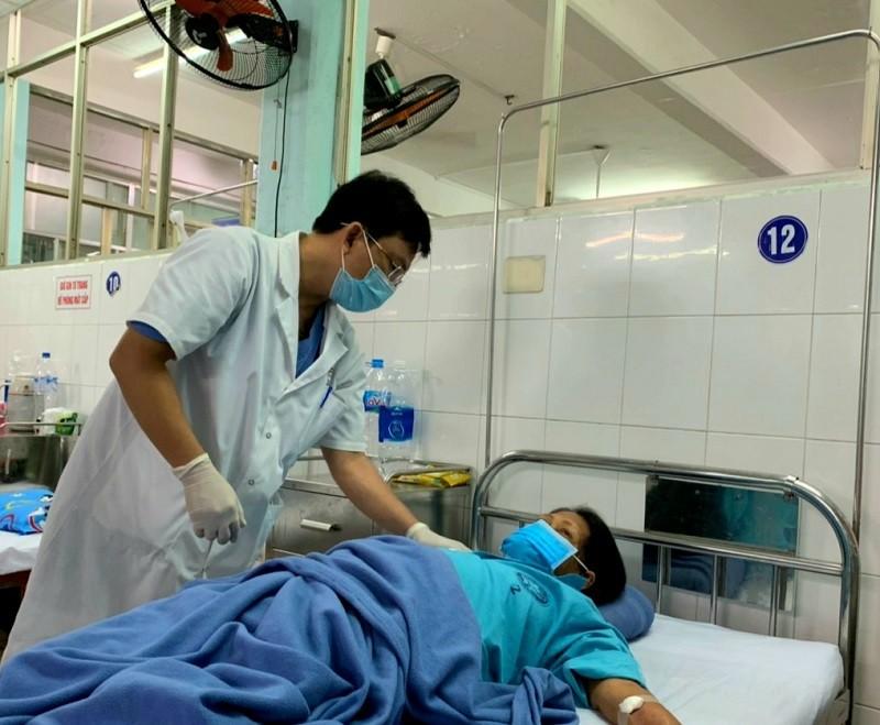 Bắt 2 con sán lá gan trong ống mật 1 nữ bệnh nhân - ảnh 1