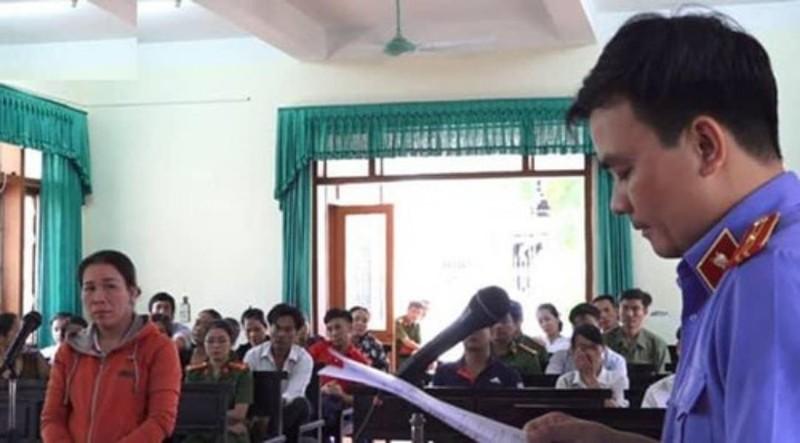 Nữ tiểu thương đổ tiết heo vào chủ tịch huyện lãnh án tù - ảnh 1