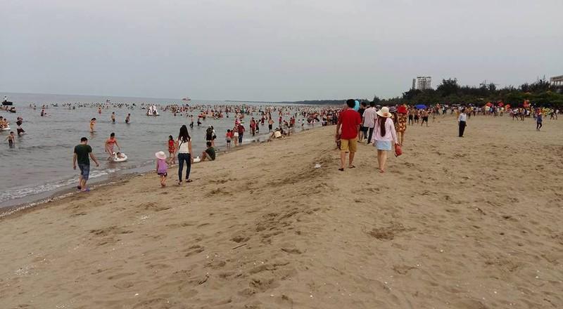 Dân đưa ảnh chủ tịch thị xã Cửa Lò tắm biển lên Facebook  - ảnh 2