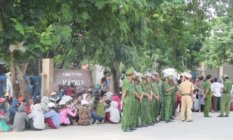 Lực lượng cảnh sát tăng cường đứng trước cổng Công ty Matrix Vinh, đảm bảo an ninh trật tự.