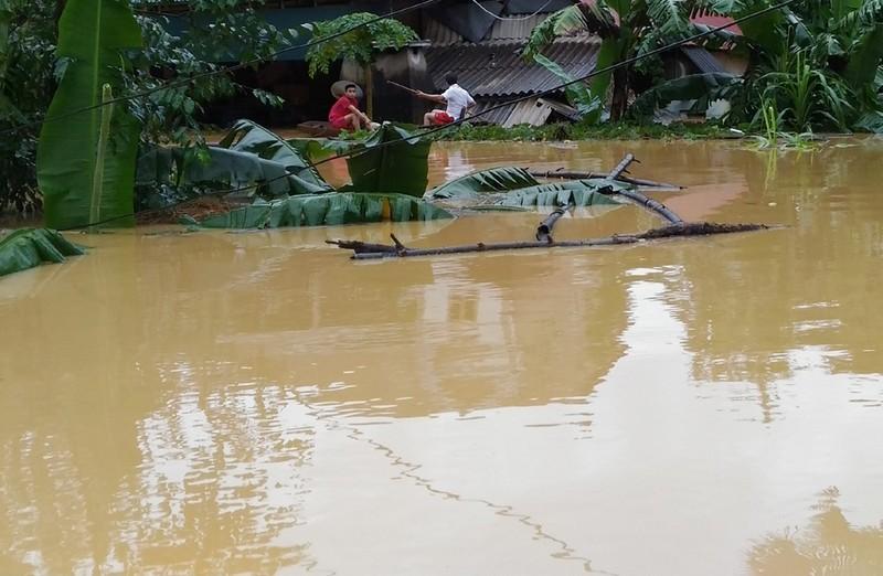 Nhà dân ở huyện Hương Khê đang ngập trong lũ dữ.