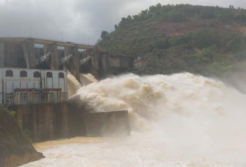Thủy điện Hố Hô đang xả lũ