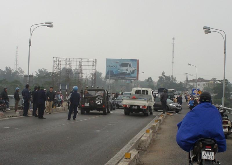 Ách tắc qua cầu Bến Thủy 1 vì dân mang xe phản đối phí - ảnh 3