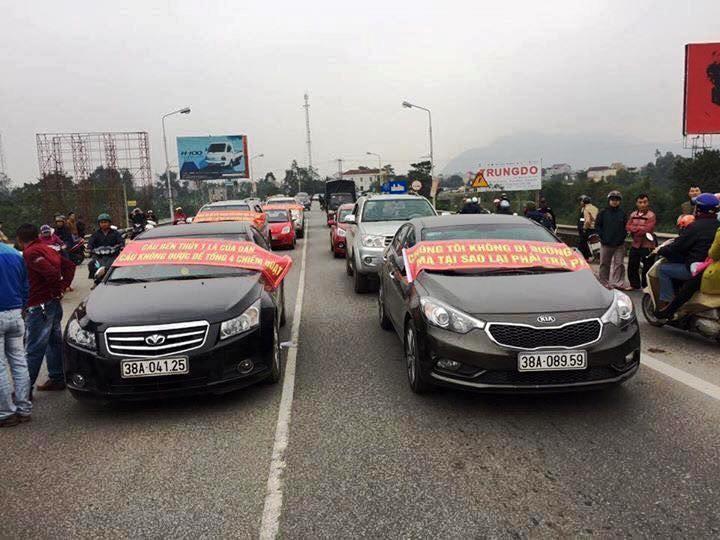 Ách tắc qua cầu Bến Thủy 1 vì dân mang xe phản đối phí - ảnh 1