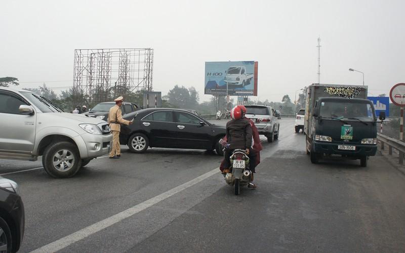 Ách tắc qua cầu Bến Thủy 1 vì dân mang xe phản đối phí - ảnh 4