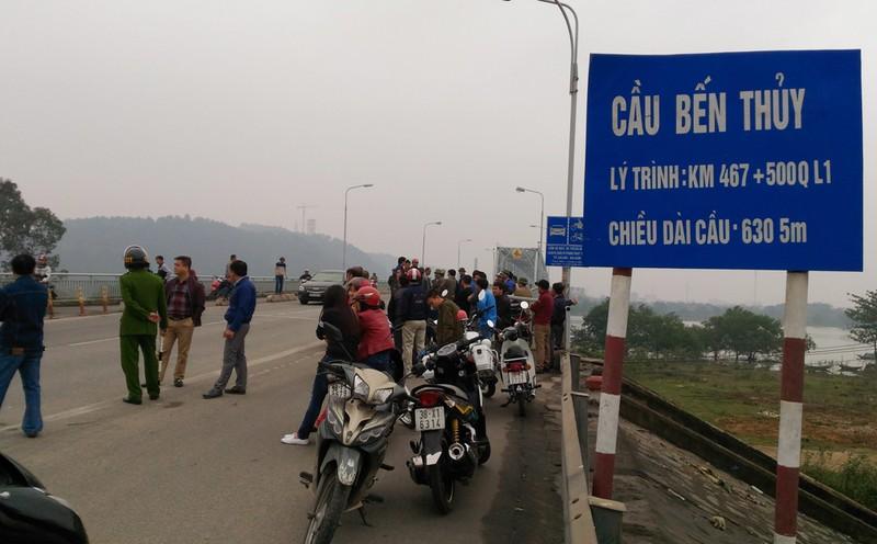 Dân bao vây cầu Bến Thủy 1 yêu cầu 'thu phí đúng luật' - ảnh 1