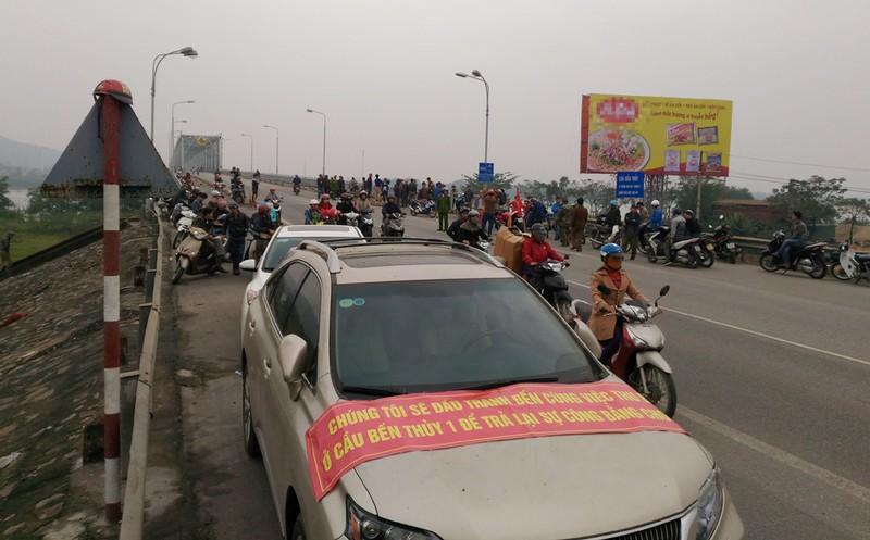 Dân bao vây cầu Bến Thủy 1 yêu cầu 'thu phí đúng luật' - ảnh 2