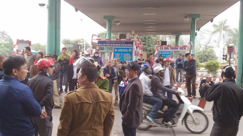 Dân bao vây cầu Bến Thủy 1 yêu cầu 'thu phí đúng luật' - ảnh 4
