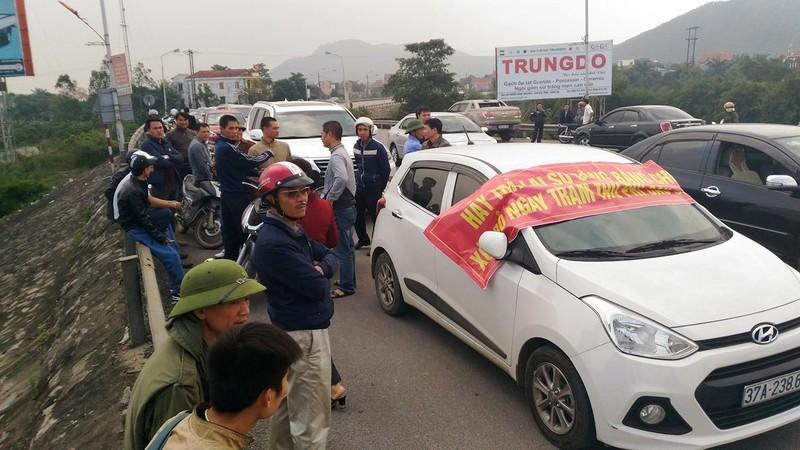 Người dân lại mang ô tô chặn cầu Bến Thủy 1  - ảnh 1