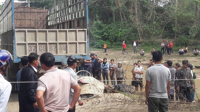 HS lớp 2 bị xe tải cán tử vong trên đường đi học về - ảnh 1