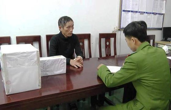 Ông Hoàng Đình Phượng cùng tang vật đang niêm phong tại cơ quan công an.
