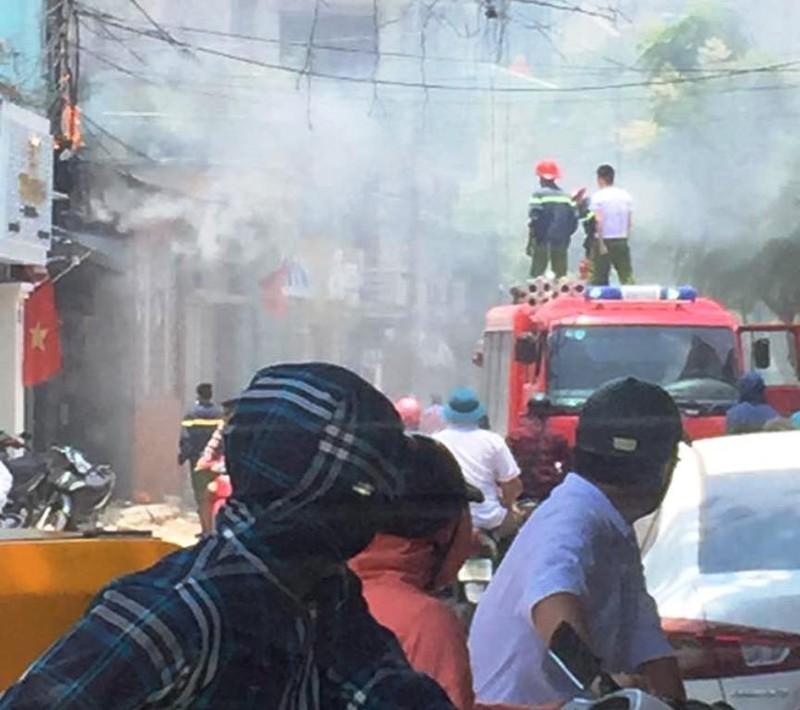 Cột điện bốc cháy dữ dội, nhiều người hoảng hốt - ảnh 1