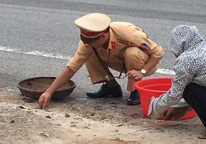 CSGT giúp dân nhặt tôm, quét đá dăm trên đường  - ảnh 4
