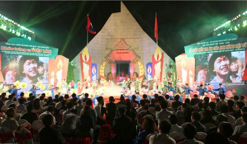 Xúc động thắp nến tri ân 'Khúc tráng ca Việt-Lào' - ảnh 1