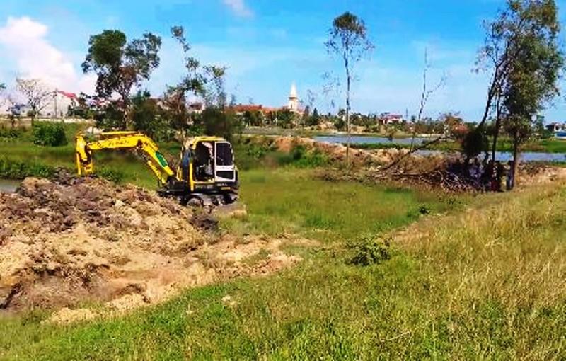 Dân chặn xe  đưa 6 tấn mực thối ra đồng tiêu hủy - ảnh 2