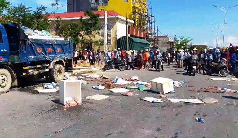 Dân chặn xe  đưa 6 tấn mực thối ra đồng tiêu hủy - ảnh 1