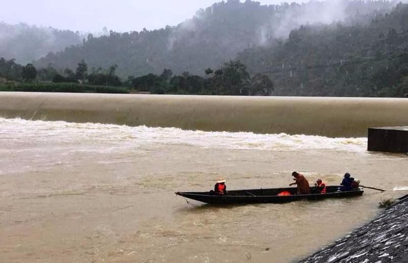Nước lũ trên sông Giăng