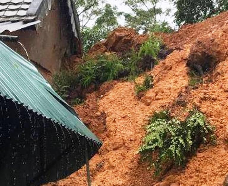 Mưa lớn núi lở ập vào nhà dân, sơ tán hàng trăm người - ảnh 2