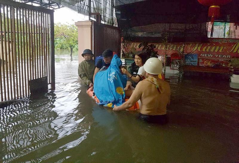 Nghệ An mưa lớn, sơ tán dân khẩn cấp, học sinh nghỉ học - ảnh 1