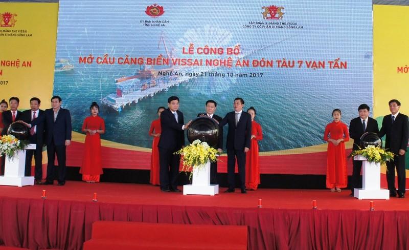 Phó Thủ tướng Vương Đình Huệ nhấn nút mở cầu cảng biển  - ảnh 1