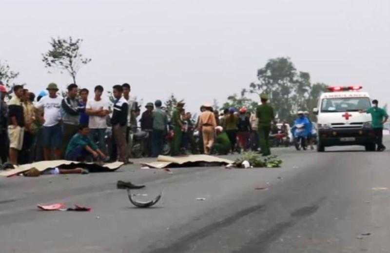 Xe đầu kéo húc đuôi xe máy, 2 người chết thảm  - ảnh 1