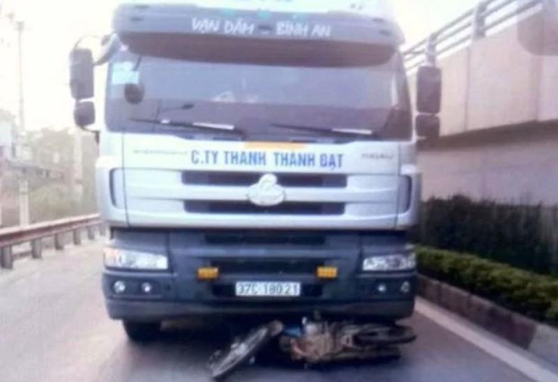 Xe tải tông xe máy, 2 cha con chết thảm  - ảnh 1
