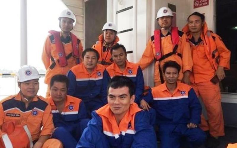 Tàu chở 12 thuyền viên và 4.600 tấn than chìm trên biển - ảnh 2