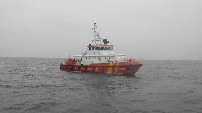 Tàu chở 12 thuyền viên và 4.600 tấn than chìm trên biển - ảnh 1