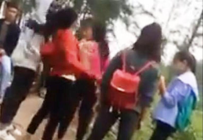 Xôn xao clip 3 nữ sinh đánh bạn gục xuống đường - ảnh 1