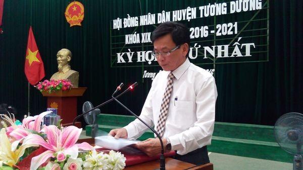 Sau xin lỗi học sinh nghèo, kỷ luật cựu chủ tịch huyện - ảnh 1