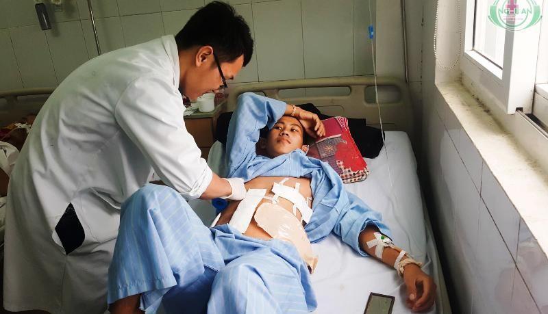 Cứu sống người Lào bị bắn 9 viên đạn vào ngực và bụng  - ảnh 1