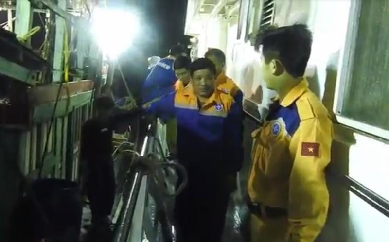 Tàu SAR 411 cứu 9 ngư dân gặp nạn trên biển ở Nghệ An - ảnh 2