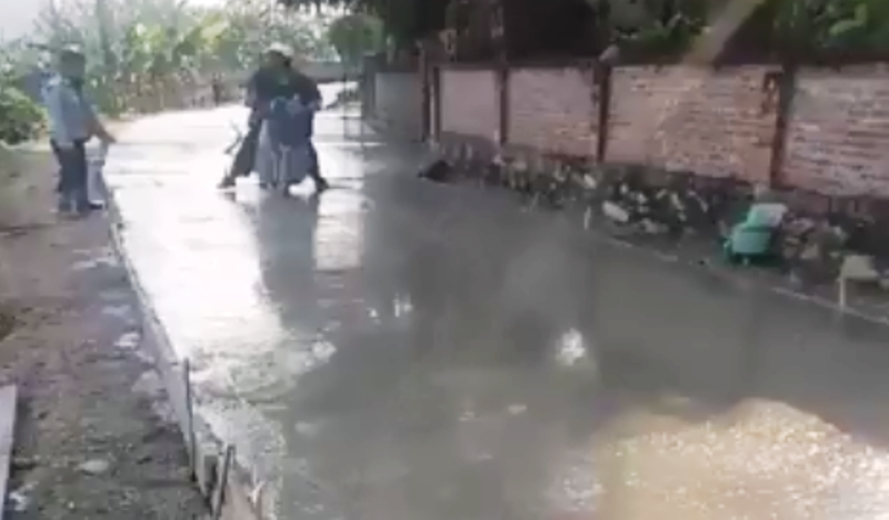 Clip người mặc áo công an chạy xe vào đường bê tông ướt - ảnh 1