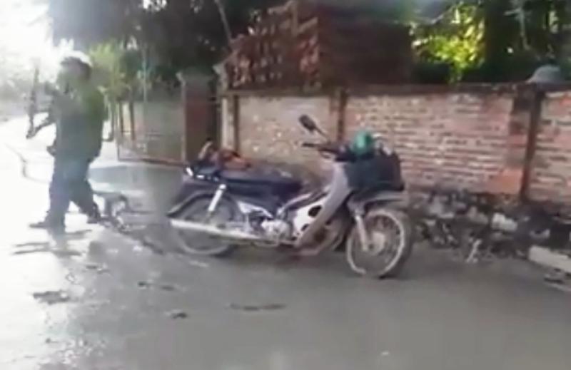 Clip người mặc áo công an chạy xe vào đường bê tông ướt - ảnh 2