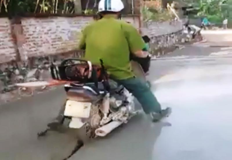 Clip người mặc áo công an chạy xe vào đường bê tông ướt - ảnh 3