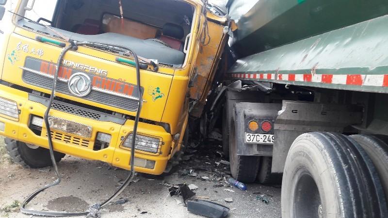 2 xe tải tông nhau ở chân cầu vượt, 2 người bị thương - ảnh 1