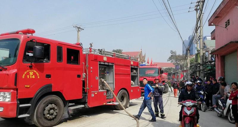 Cháy xưởng gỗ, hàng chục cảnh sát lao vào dập lửa - ảnh 1