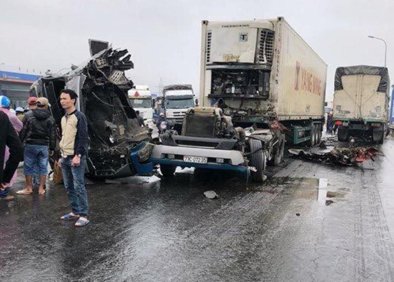 Cabin container rơi xuống đường sau cú đâm vào ô tô tải - ảnh 2