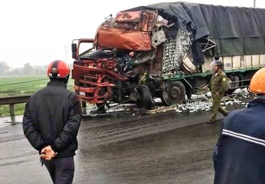 Cabin container rơi xuống đường sau cú đâm vào ô tô tải - ảnh 3