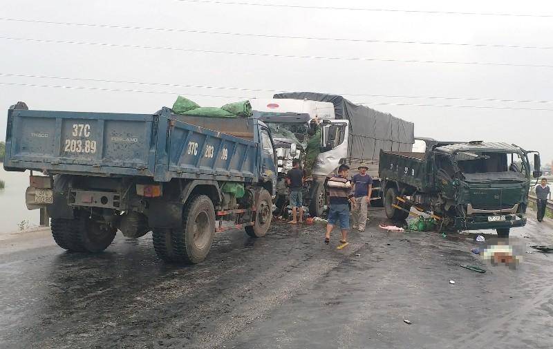 Ba xe tải tông nhau, 1 phụ nữ chết thảm - ảnh 1