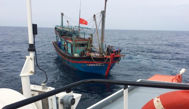 Cứu 8 ngư dân bị hỏng tàu, hết nước ngọt  - ảnh 1