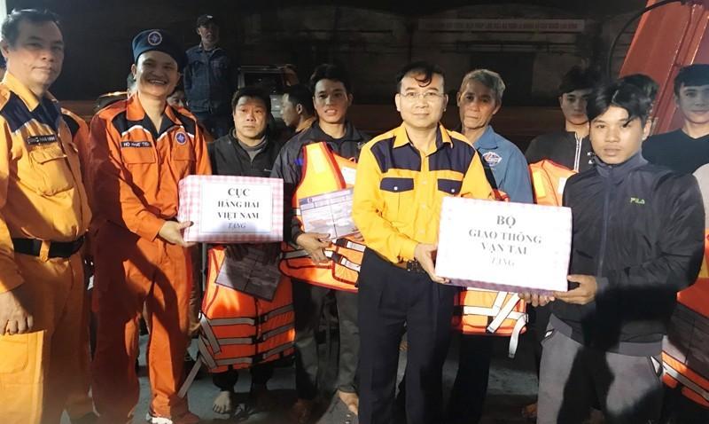 Cứu 8 ngư dân bị hỏng tàu, hết nước ngọt  - ảnh 2