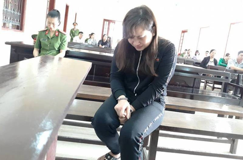 Nữ bị cáo xinh đẹp ngã khụy khi bị phạt 13 năm tù   - ảnh 1