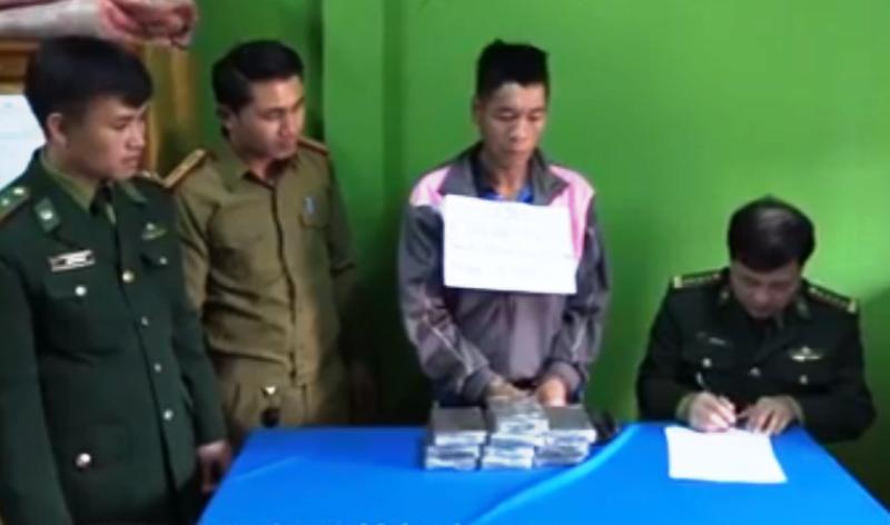 1 người Lào ôm 10 bánh heroin vào Việt Nam bị bắt - ảnh 2