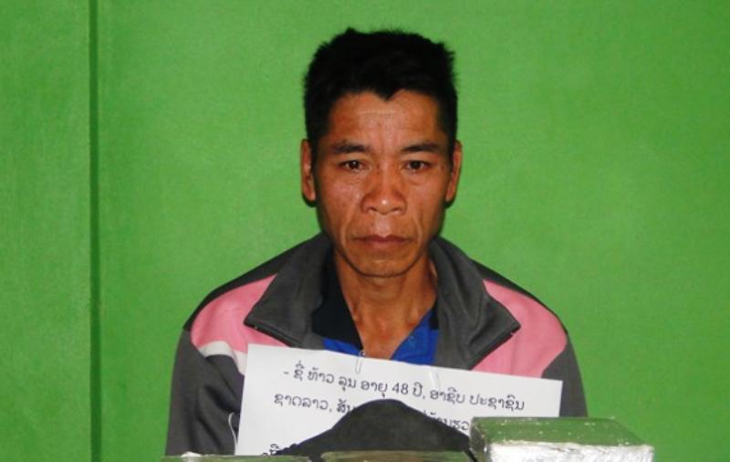 1 người Lào ôm 10 bánh heroin vào Việt Nam bị bắt - ảnh 1