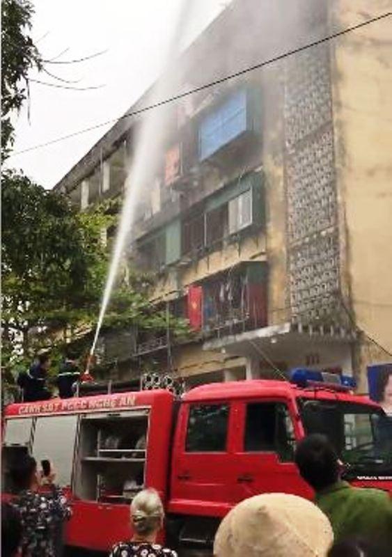Cháy ở chung cư 40 năm, người dân hoảng loạn tháo chạy  - ảnh 1