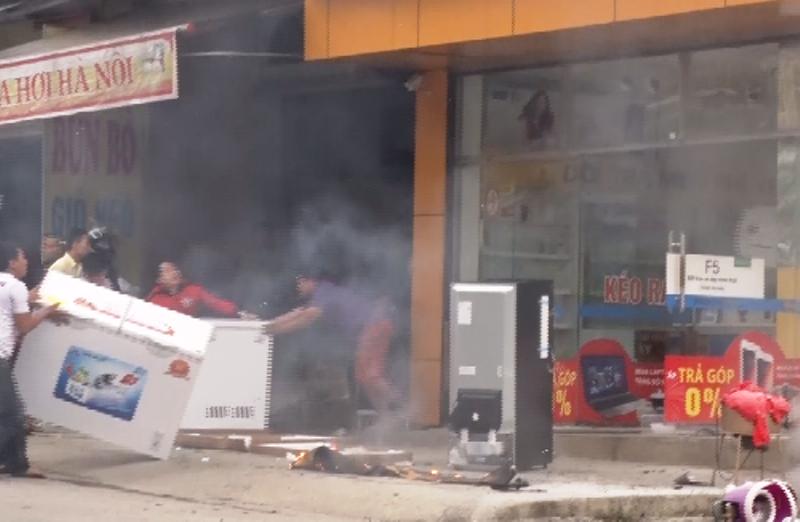 Siêu thị điện máy 2 tầng ở Nghệ An bị thiêu rụi - ảnh 2